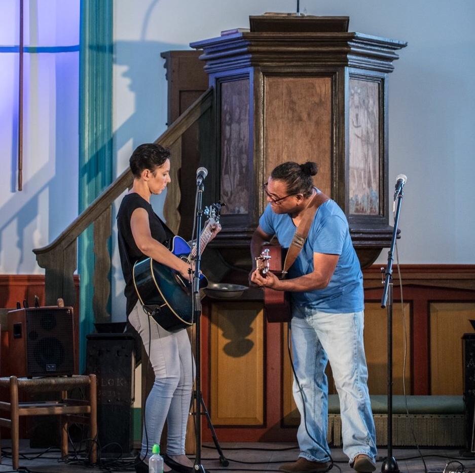 Duo Mirjam Pattiwael en Pieter Nanuru bij een optreden in een Gronings kerkje